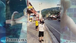 perhe seisoskelee kadun varressa jossain ulkomailla