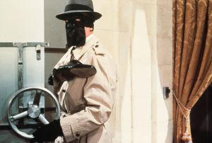 Alain Delon naamioituneena elokuvassa Punainen ympyrä