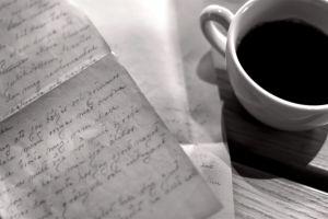 Ett brev och en kaffekopp.