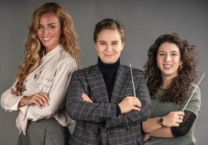 Yhteiskuvassa kapellimestarit Beatrice Venezi, Eva Ollikainen ja Nil Venditti.