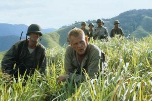 Nick Nolte ja muita sotilaita heinäpellossa, elokuvasta Veteen piirretty viiva.