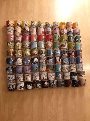 En samling muminmuggar. Madeleine Heir.