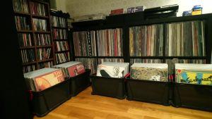 1750 stycken LP- och CD-skivor.
