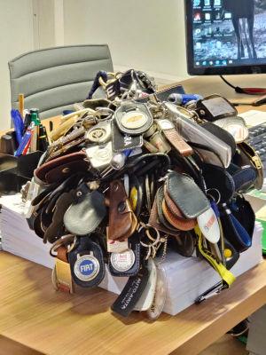 Nyckelringar som kommit med bytesbilar. Väger 6 kg. Samlaren har jobbat som bilförsäljare i 20 år.