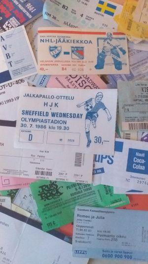 Olika inträdesbiljetter sedan början av 80-talet. Samlaren har nu nästan 1000 biljetter.