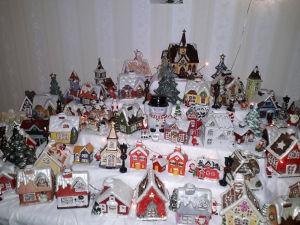 Över 60 hus handmålade porslinshus och 14 porslinskyrkor. Kirsti Marmela, Björneborg.