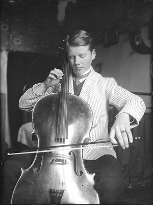 Teini-ikäinen Tauno Hannikainen soittaa selloa. Kuva noin vuodelta 1910.