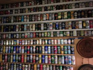 """I en rökbastus """"omklädningsrum"""" finns lite över 800 tomma ölburkar uppradade runt väggarna. En burk av varje sort.  Ägare: """"Stiggi"""" Stig-Göran Hägg"""