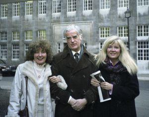 Ohjaaja Rauni Ranta, käsikirjoittaja Edward Taylor ja näyttelijä Aila Svedberg poseeraavat käsinkynkässä Lontoossa.