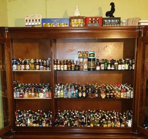 Över 1000 miniatyrflaskor efter 40 år av samlande.