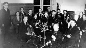 Oskari Tilli ja Viipurin Työväenopiston orkesteri 1930-luvulla.