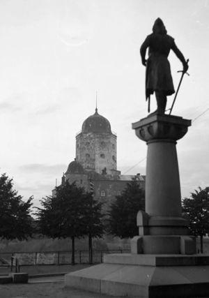 Torkkeli Knuutinpojan patsas katsoo Viipurin linnaa.