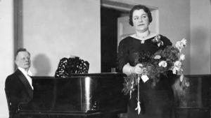 Andrej Rudenev säestää Frida Sergejeffiä noin 1935.