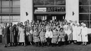 Viipurin linja-autoaseman kahvila-ravintolan työntekijöitä 1930-luvulla. Omistaja Ellen Kari istuu keskellä.