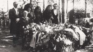 Omaiset Willy Sirobin haudalla Sorvalin hautausmaalla Viipurissa 1931.