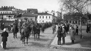 Punaisia vankeja kuljetetaan Viipurissa keskuskasarmille 1918.