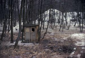 Rakennusjätteistä koottu asumus metsikössä (1980-luku)
