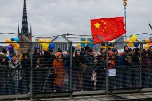 Människor i rad på Katarina gångbro för att titta på när Slussbron anländer.