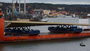 Närbild på Slussbron liggandes på fartyget.