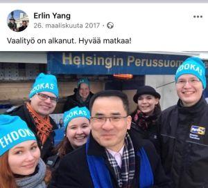 Erlin Yang omgiven av sannfinländska kampanjarbetare.