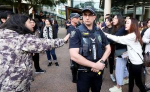 Polis står mellan två grupper av demonstranter.