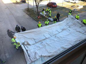 Byggarbetare reser ett tält.