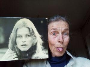 Kirsti Somersalon ottama kuva, jossa hän poseeraa kieltä näyttäen nuoruudenkuvansa rinnalla.