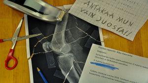 pöydällä potilasraportti ja röntgenkuva
