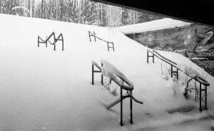 rappuset ja kaiteet jotka ovat osittain lumen peitossa