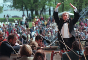 Kapellimestari Mikko Franck johtamassa RSOn Kaivopuiston konserttia 7.6.1998.