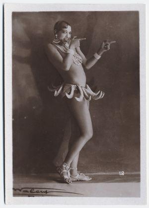 Tanssija Josephine Baker poseeraa vanhassa mainoskortissa