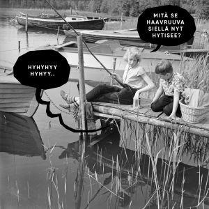 """Kuvassa kaksi lasta kalastaa. Laiturin alta kuuluu valitusta ja toinen lapsista kysyy, että """"Mitä se Haavruuva siellä nyt hytisee?"""""""