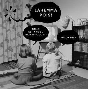 Kaksi lasta yrittää katsoa televisiota, vaikka Homspsi-Jouni häiriköi.