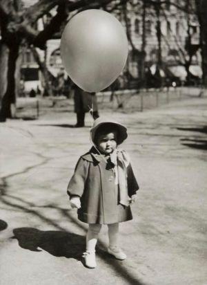 Emma Grandell på Första maj promenad på Esplanaden år 1940.