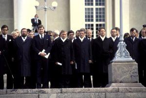 Presidentti Urho Kekkosen hautajaiset. Tuomiokirkon portailla saattoväkeä 1986.