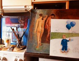 Pianisti Meri Louhoksen maalauksia omassa keittiössä keväällä 2020.