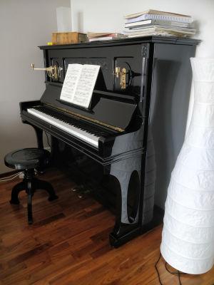 Kapellimestari Anna-Maria Helsingin yli sata vuotta vanha Grotrian-Steinweg-piano.