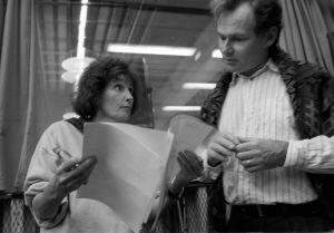 Rauni Ranta ja Lars Svedberg katsovat käsikirjoitusta vuonna 1994.