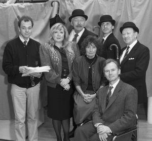 Englantilaisministeriön virkailijoina esiintyvät Aila Svedberg,  Kauko Helovirta,  Pekka Autiovuori ja  Yrjö Järvinen. Mukana myös ohjaajat Rauni Ranta ja Lars Svedberg sekä järjestäjä Juhani Mäkinen. 1990.