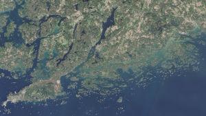 Satellitbild över Hangö och Raseborg där vattendragen har lite olika färg. Öppna havet är mörkblått och nära kusten är det mera grönt.