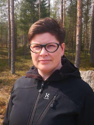 Kvinna i skog.