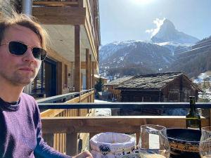 Kapellimestari Pietari Inkinen kotiparvekkeella Sveitsissä koronakeväänä 2020, taustalla Matterhornin huippu.