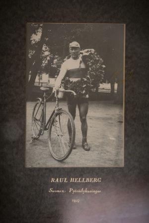 Raul Hellberg med cykel och segerkrans efter seger i Borgåloppet 1927
