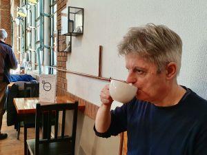 Utbildningskonsulten János Setényi dricker kaffe i lugn och ro.