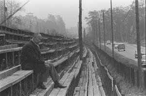 Curt Lincoln sitter på Djurgårdens läktare, 1963.