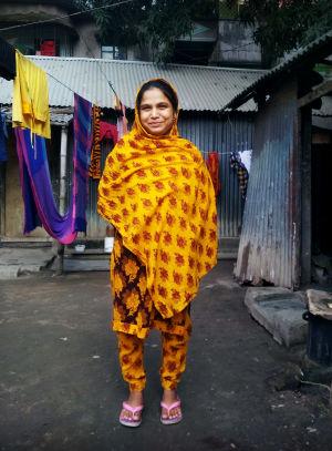 MOT:n haastattelema Beauty Bangladeshissa kotitalonsa pihalla.