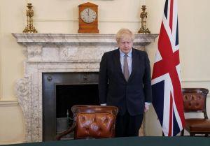 Boris Johnson håller tyst minut.