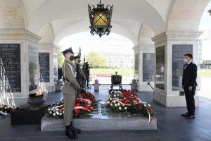 Ceremoni vid den okände soldatens grav i Warszawa.