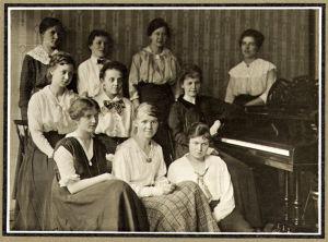 Margaret Alfthan (myöh. Kilpinen) opiskeli 1916–1917 Helsingin Musiikkiopistossa. Istuu kuvassa edessä lattialla.
