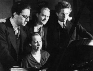 Margaret Kilpinen levyttämässä miehensä musiikkia Lontoossa vuonna 1935. Seisomassa tuottaja Walter Legge, baritoni Gerhard Hüsch ja Yrjö Kilpinen.